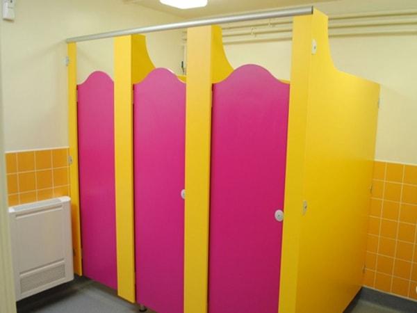 Rực rỡ sắc màu vách ngăn vệ sinh trường tiểu học