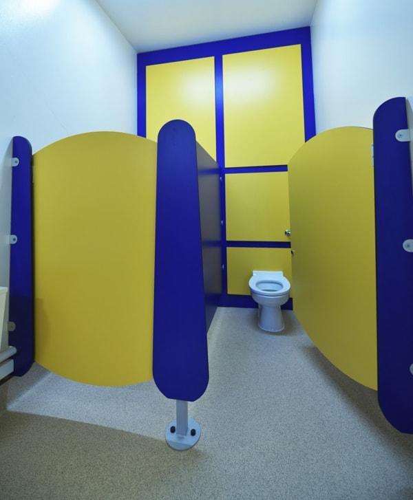 sắc màu vách ngăn vệ sinh trường tiểu học