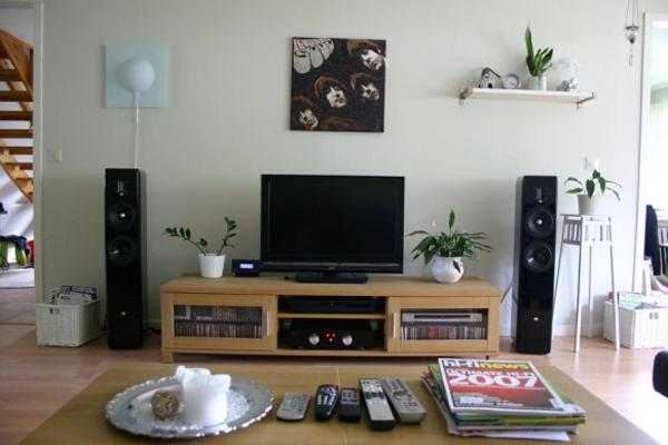 Bài trí thêm một vài phụ kiện nhỏ xinh xung quanh tivi như bình hoa, đèn bàn, nến để tạo không gian cho căn phòng