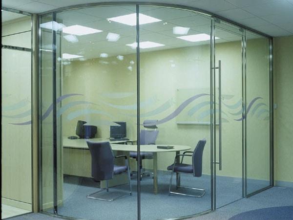 Vách ngăn kính có trọng lượng nhẹ nên dễ lắp ghép, lại mang loại không gian văn phòng có thẩm mỹ cao