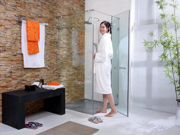 Bảo dưỡng vách ngăn kính nhà tắm chỉ cần lau thường xuyên sẽ tăng độ bền và thẩm mỹ