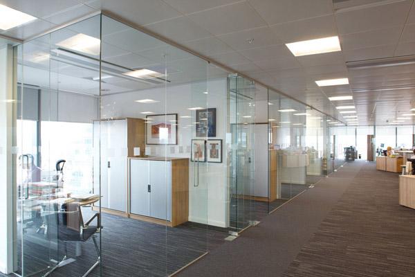 Vách ngăn kính văn phòng mang lại rất nhiều lợi ích cho không gian của nơi làm việc công ty bạn