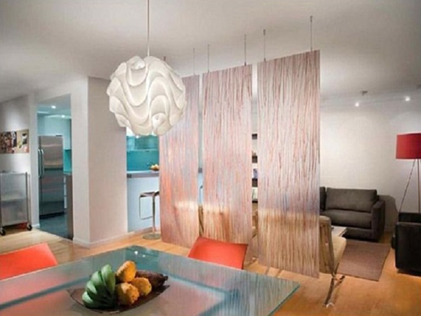 Vách ngăn bằng rèm phân cách phòng khách và bếp