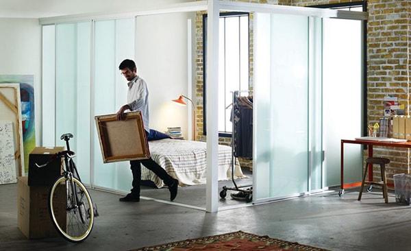 Vách ngăn kính còn rất phù hợp để ngăn cách giữa khu vực bếp và phòng khách, phòng khách và ban công