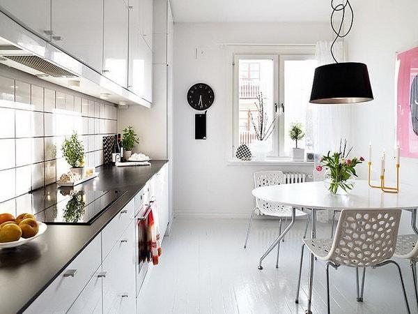 Dùng đèn ánh sáng trắng trang trí sẽ tô điểm cho căn nhà tối giản