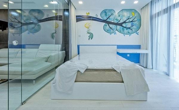 Vách ngăn kính đem lại không gian mở cho phòng ngủ